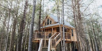 the woods maine treehouse luxury - Luxe Digital