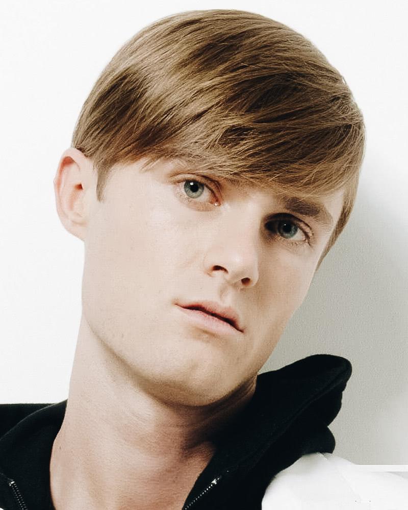 best short haircuts men side part bangs - Luxe Digital