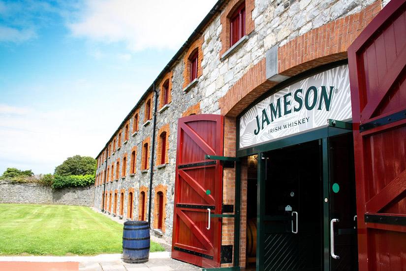 destilería irlandesa de whisky jameson dublín - Luxe Digital