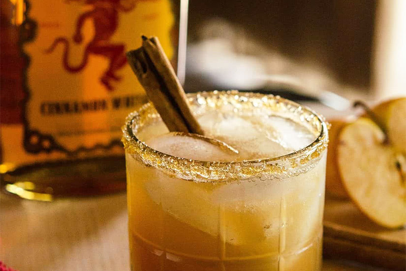 Receta de cóctel de whisky con canela y bola de fuego pastel de manzana con hielo - Luxe Digital