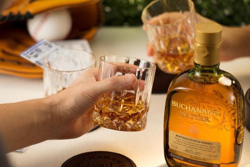 Revisión de la botella de Buchanans - Luxe Digital