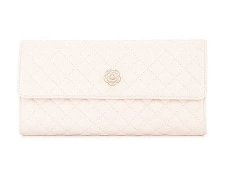 women Chanel bag - Luxe Digital
