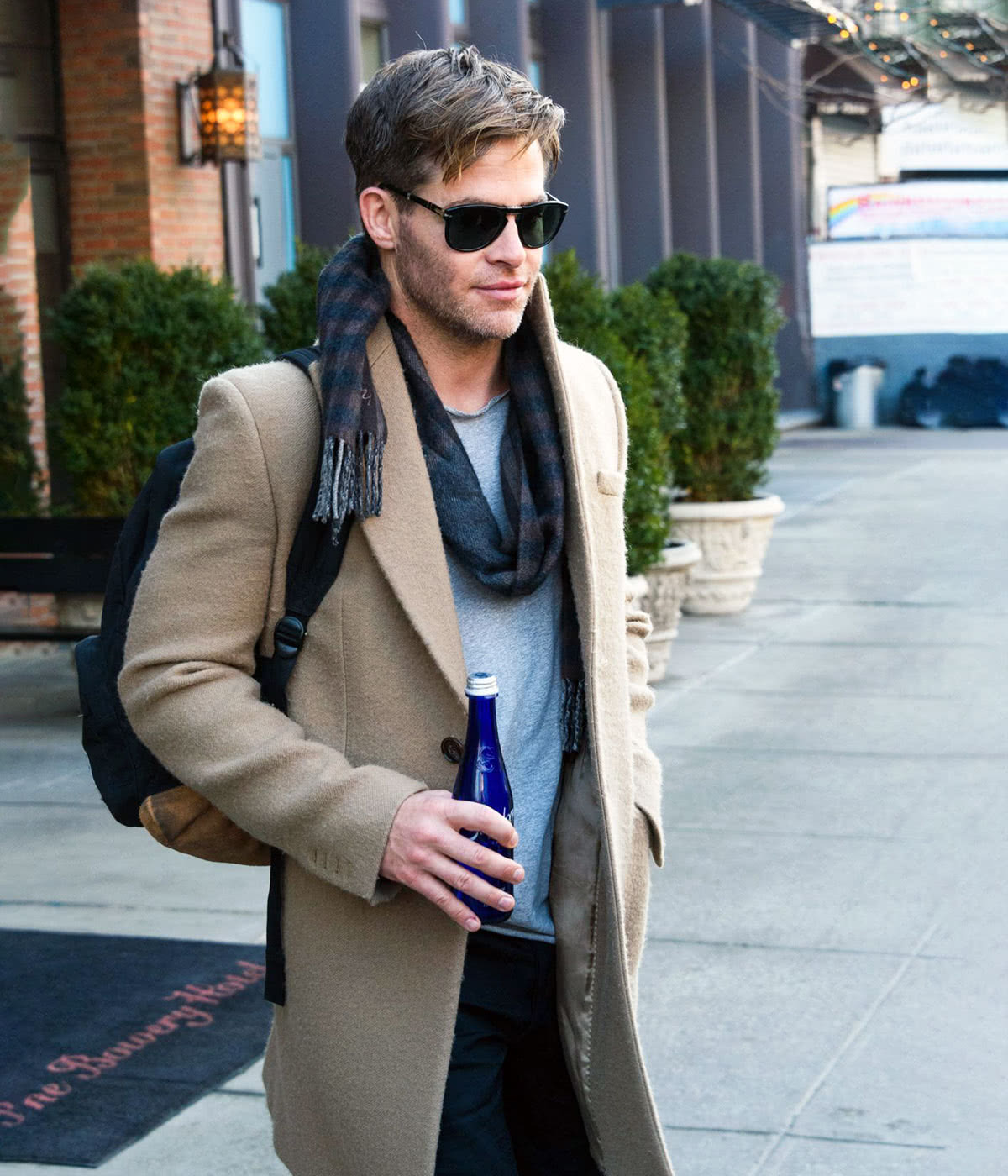 Casual dress code men style Chris Pine - Luxe Digital